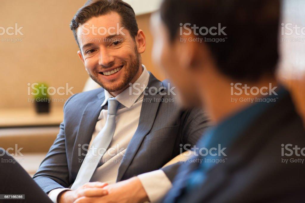 Nahaufnahme von zwei lächelnde Business-Männer im Chat Lizenzfreies stock-foto