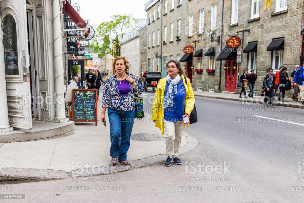 d75665b8f67078 Nahaufnahme von zwei Frauen, die Straße zu überqueren, vom Restaurant in  der alten Stadt