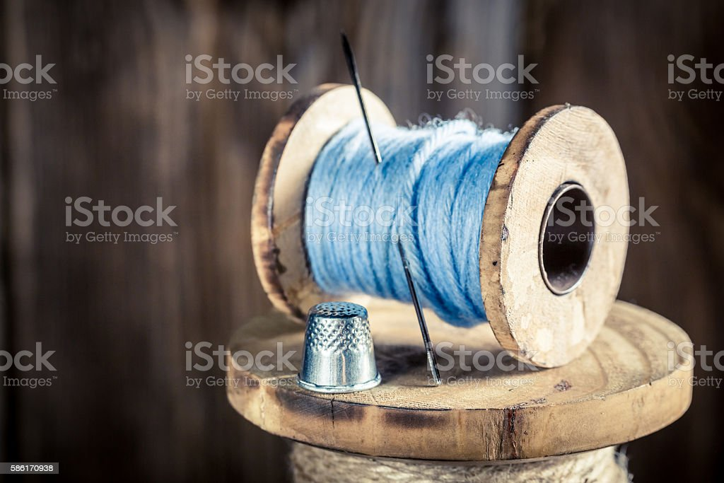 Closeup of vintage needle and blue threads - foto de acervo