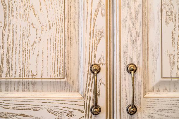 closeup of vintage wooden kitchen cupboard - griffe für küchenschränke stock-fotos und bilder