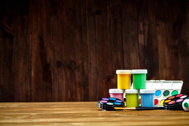 Plan rapproché des jeux de peinture à l'aquarelle et des pinceaux sur le bureau avec l'espace de copie - Photo