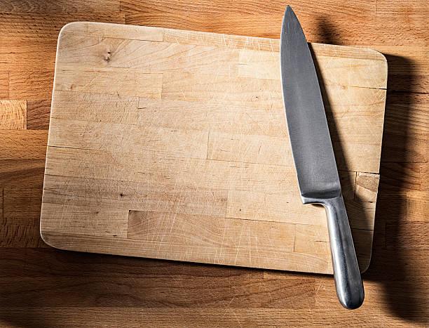 Nahaufnahme von verwitterten Holz Schneidebrett, Stahl Messer, Draufsicht – Foto