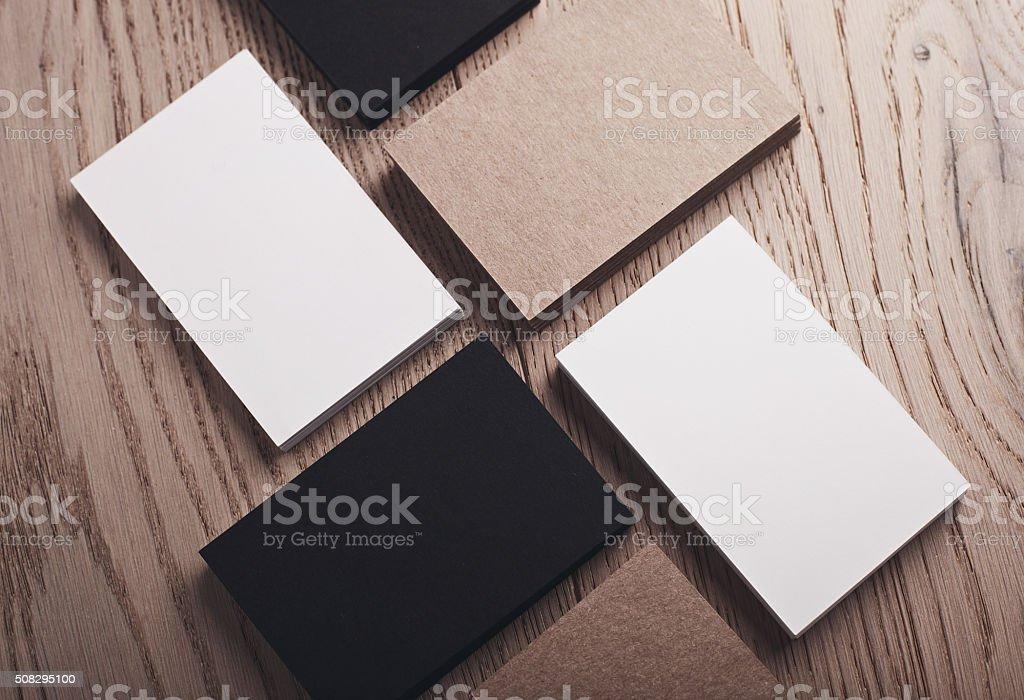 Nahaufnahme Einer Weiß Schwarz Und Handwerk Visitenkarten Auf Holz Stockfoto Und Mehr Bilder Von Erfolg
