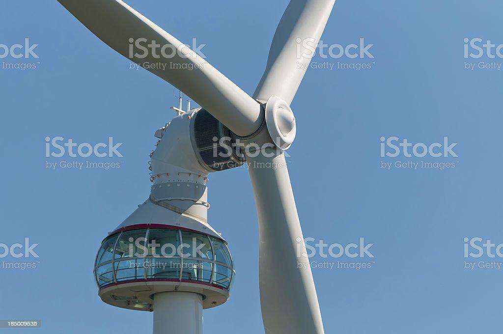 Nahaufnahme der Wind Turbine mit Observatorium – Foto