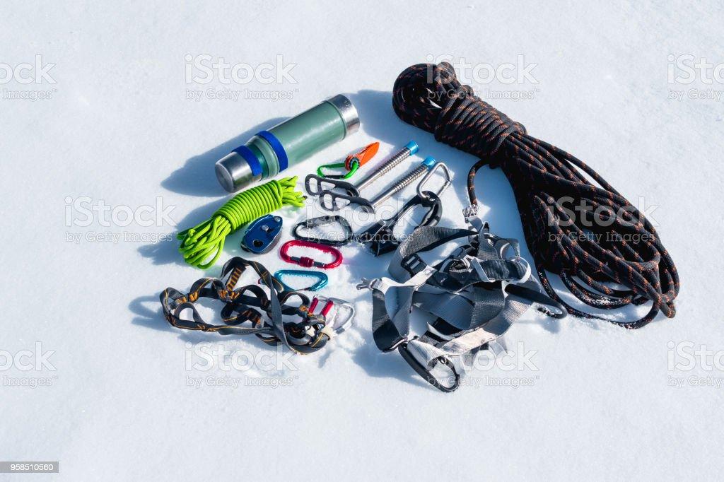 Kletterausrüstung Set : Nahaufnahme des winters kletterausrüstung bei neuschnee an einem