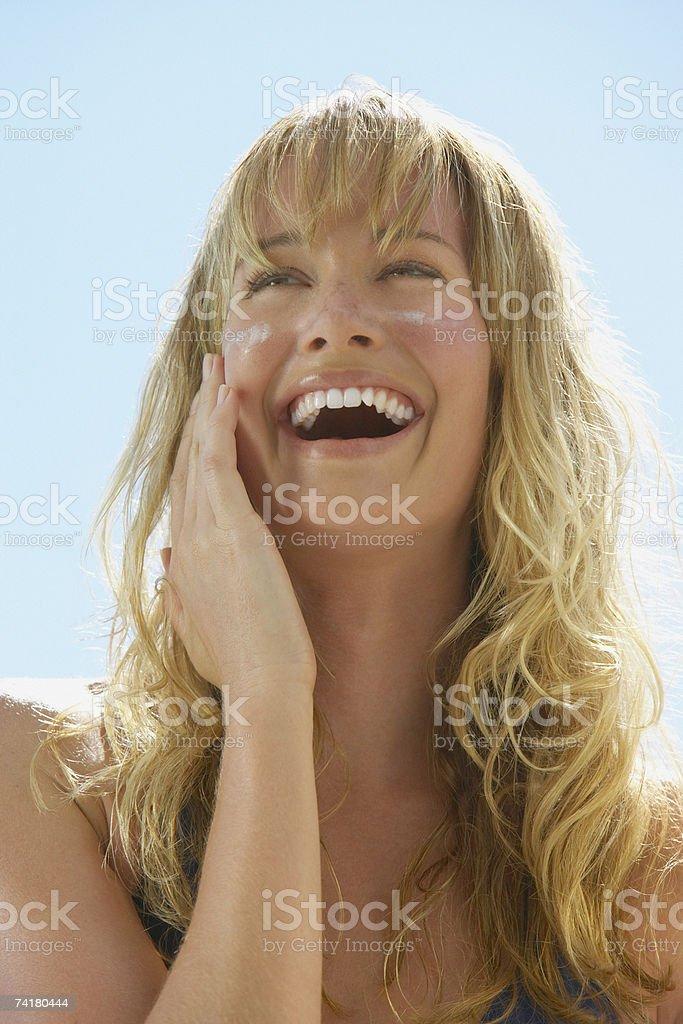 Close-up da mulher a rir sol bloco a cheeks foto de stock royalty-free