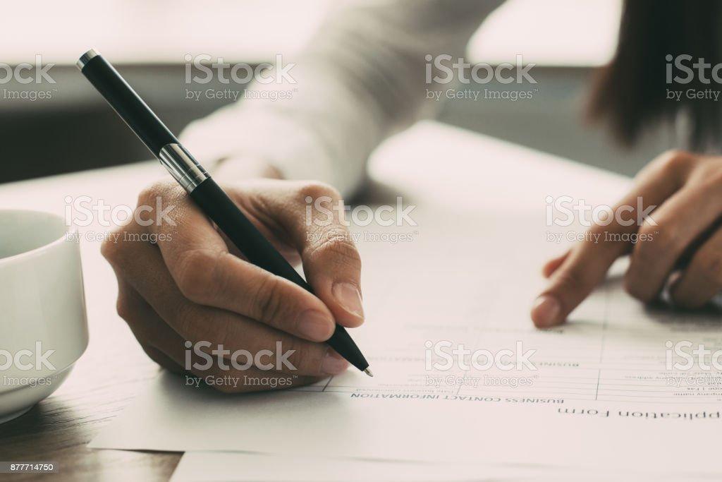 Nahaufnahme von Frau Antragsformular ausfüllen – Foto