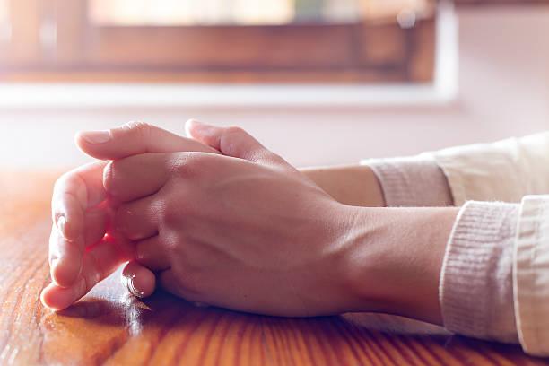 primo piano di donna le mani in riflessivo e preoccupazione posizione - ansia foto e immagini stock