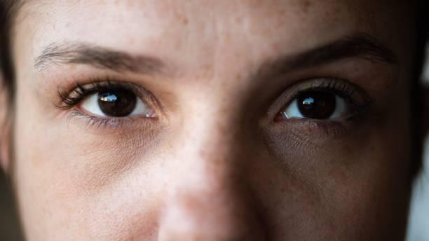 closeup of woman looking directly at the camera - primissimo piano foto e immagini stock
