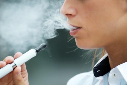 Primer Plano De Mujer Fumando Cigarrillo Electrónico Al Aire Libre Foto de stock y más banco de imágenes de 20 a 29 años