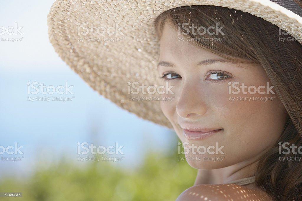 Close-up de mulher com Chapéu de Palha foto de stock royalty-free