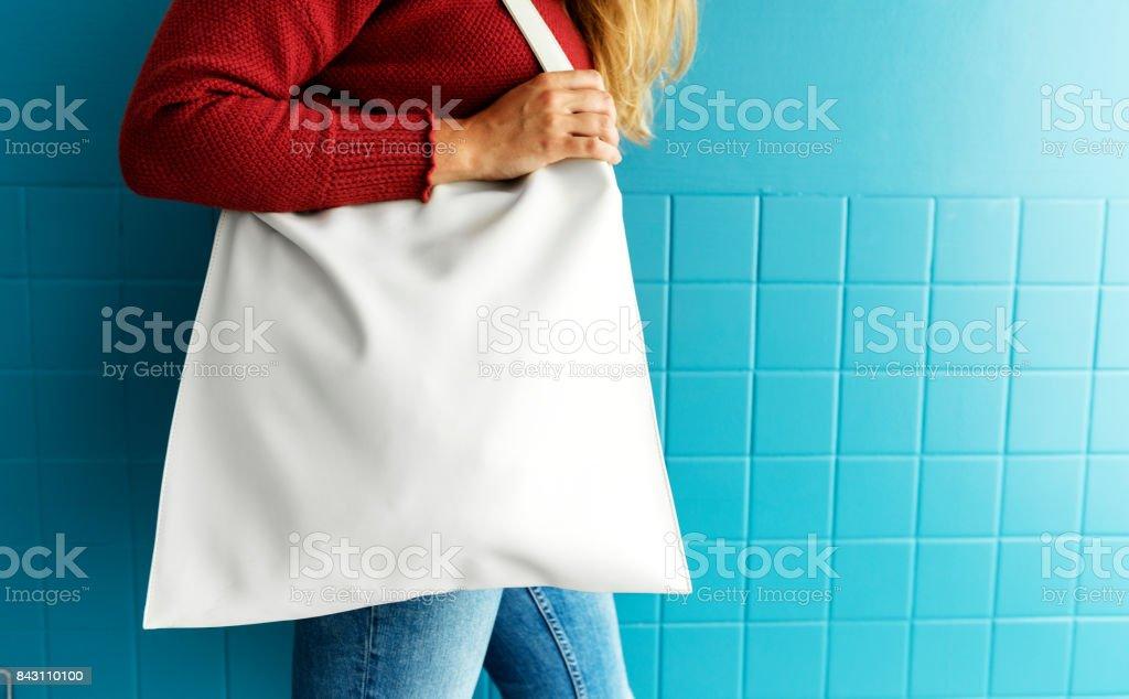Detalle de mujer con el bolso de mano blanco - foto de stock