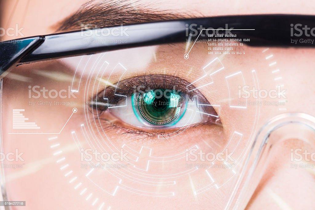 Nahaufnahme des weiblichen Auge. Hoch Technologien in der futuristischen.  : – Foto