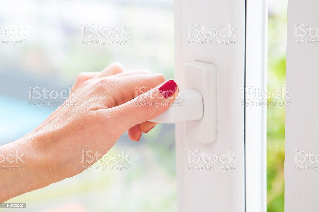 Nahaufnahme der weiblichen hand Öffnen Sie ein Fenster – Foto