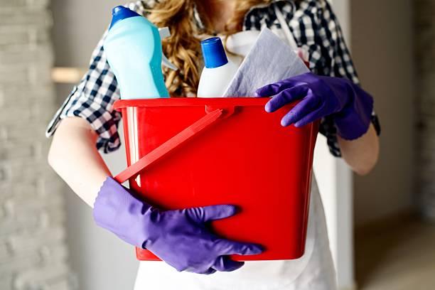 nahaufnahme der frau die hände holding korb mit reinigung - hausarbeit stock-fotos und bilder