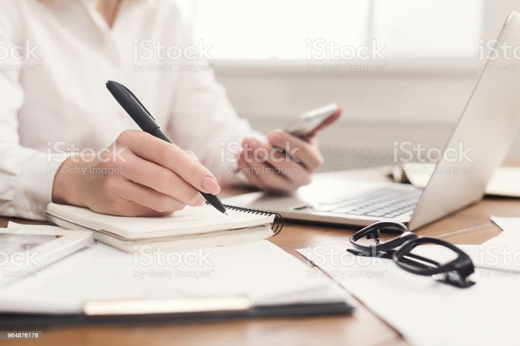 手持智慧手機的女性手特寫 - 免版稅中老年人圖庫照片