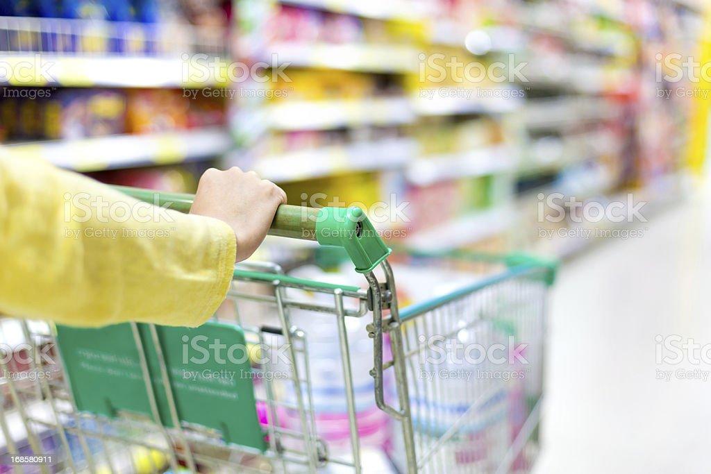 Nahaufnahme der weiblichen Hand Schieben eine Einkaufswagen – Foto