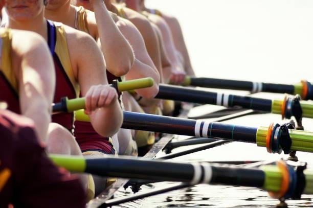 Primer plano de mujeres del equipo de remo soplado-out - foto de stock