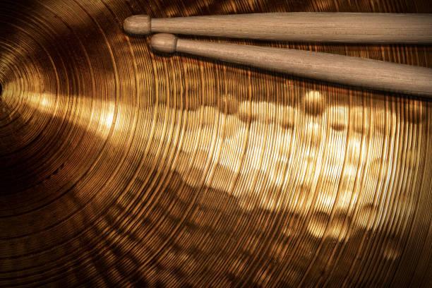 close-up van houten drumsticks op een gouden bekken - cimbaal stockfoto's en -beelden