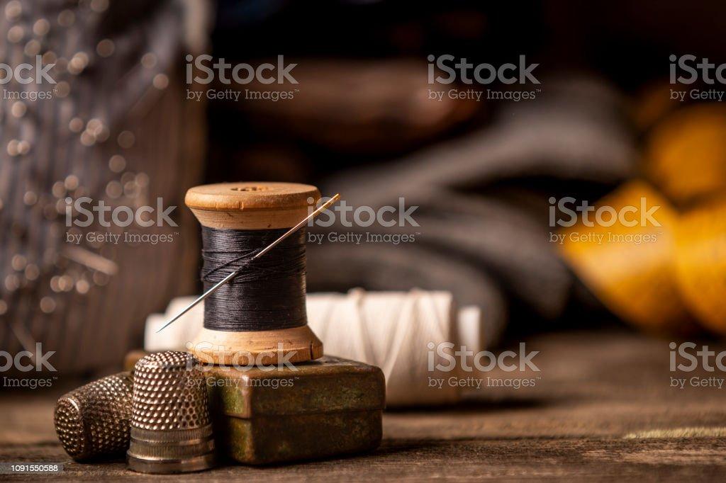 Close-up do carretel de madeira costura na mesa de madeira - foto de acervo