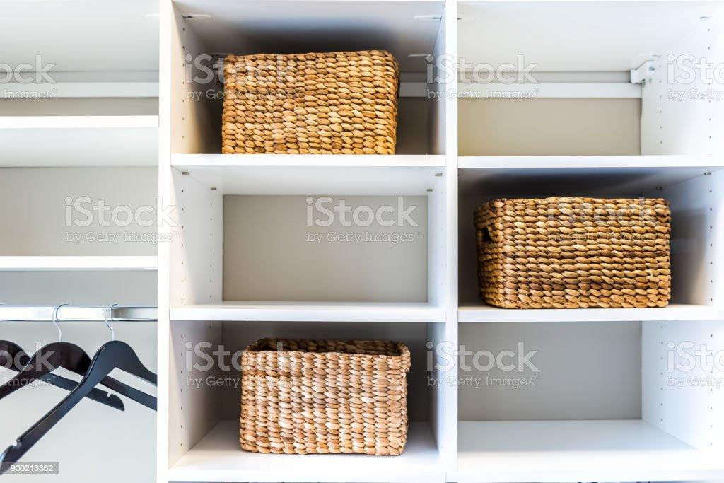 Kast Met Manden : Closeup van geweven stro manden in moderne minimalistische witte