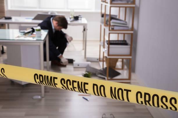 närbild av gula brottslighet scen tejp - rasande bildbanksfoton och bilder