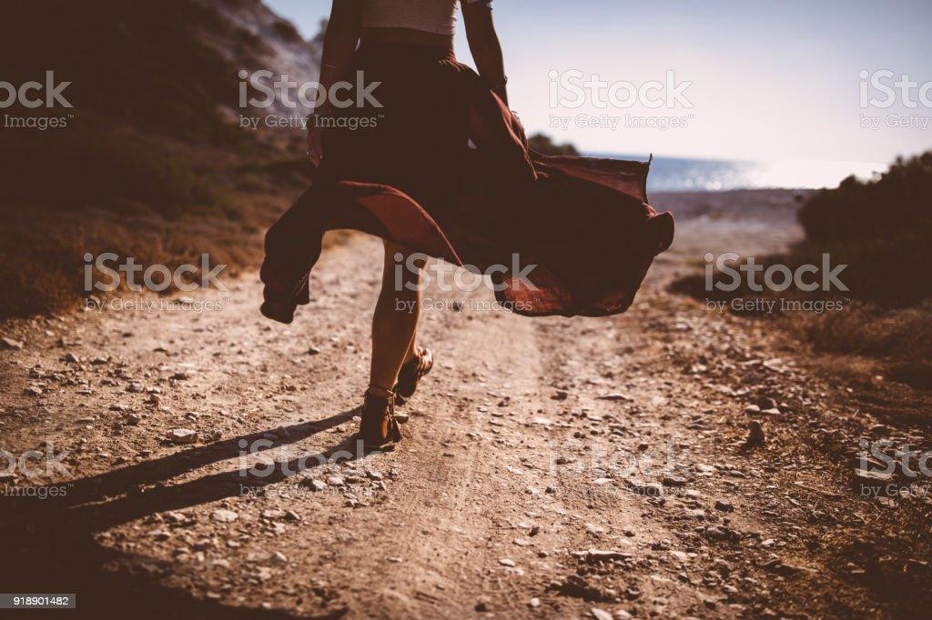 Primer plano de mujer Bohemia joven caminando hacia la playa - foto de stock
