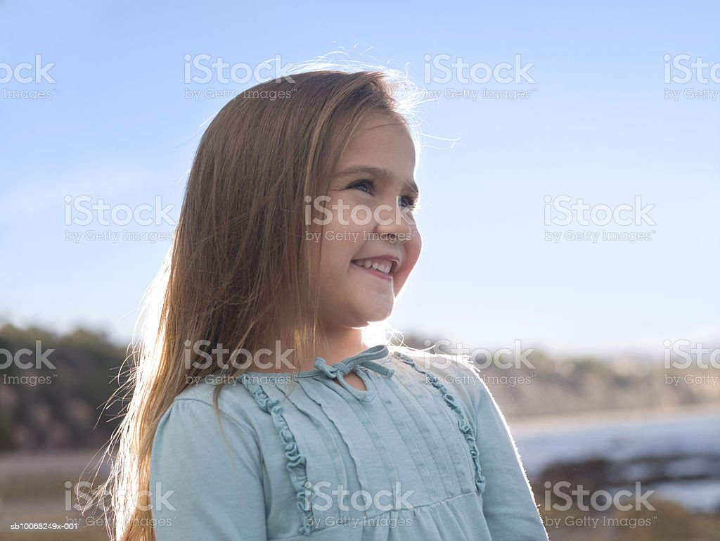 Close-up of young girl (6-7) at beach, backlit royalty free stockfoto