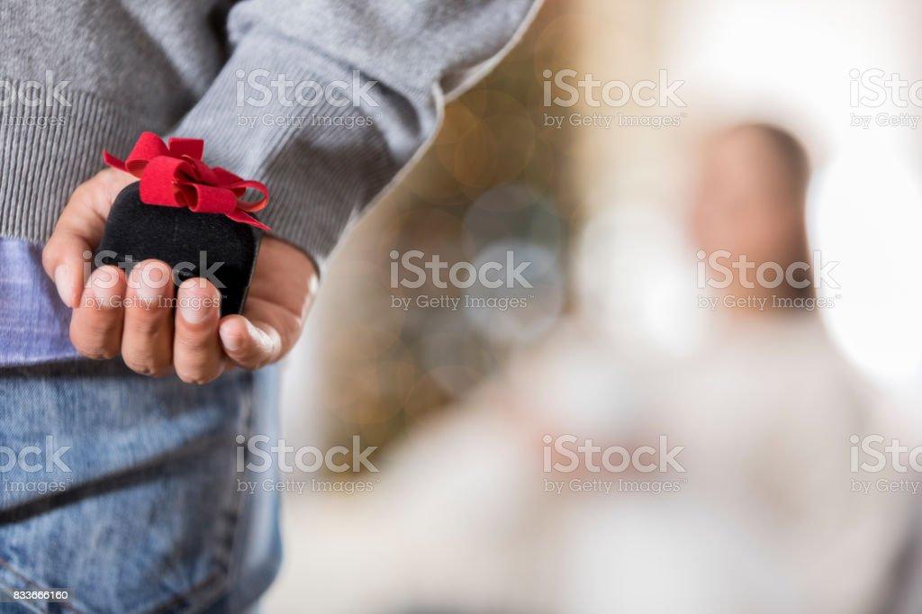 若い男がプロポーズしようとしてのクローズ アップ - 1人のロイヤリティフリーストックフォト
