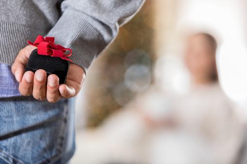 若い男がプロポーズしようとしてのクローズ アップ - 1人のストックフォトや画像を多数ご用意