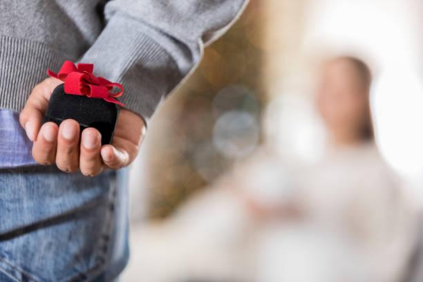 nahaufnahme des jünglings zu schlagen - verlobung stock-fotos und bilder