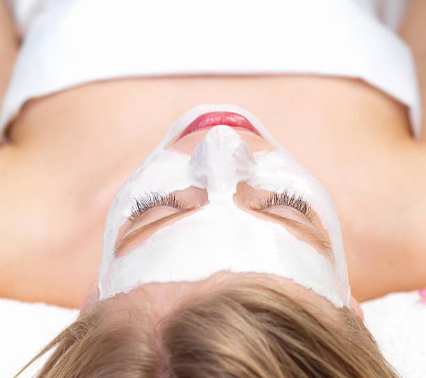 Nahaufnahme der Junge Frau mit Gesichtsmaske im day spa – Foto