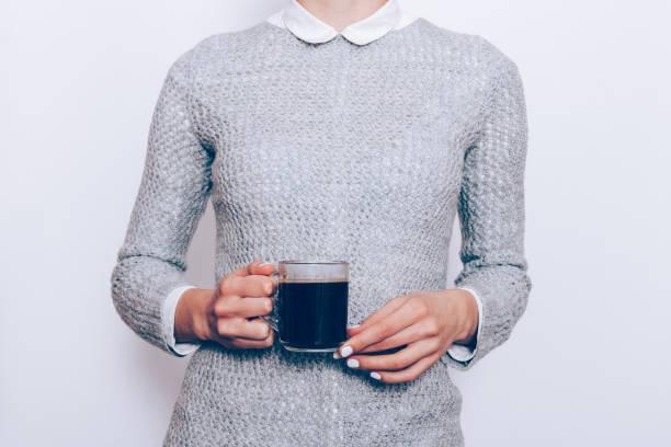 身穿白襯衫及灰色毛衣的年輕女子特寫 - 衣領 個照片及圖片檔