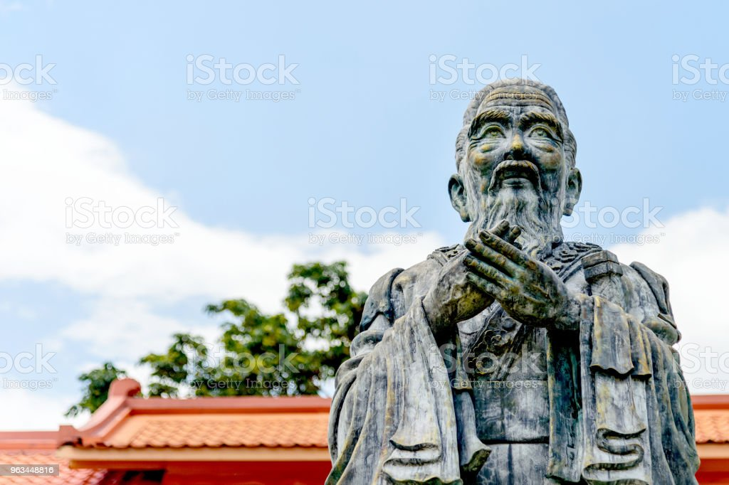 closeup old statue of confucius with soft-focus and over light in the background - Zbiór zdjęć royalty-free (Architektura)