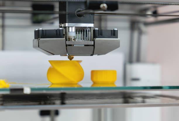 close-up auf einem 3d drucker drucken einen prototyp - prototype stock-fotos und bilder