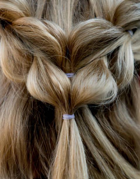 close-up auf eine wunderschöne geflochtene frisur - zopf frisuren stock-fotos und bilder