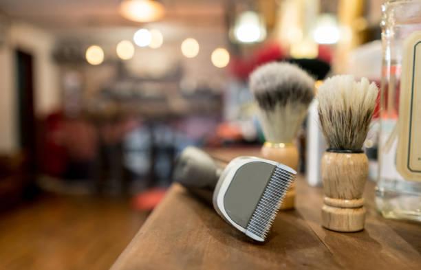 gros plan sur un kit de toilettage pour hommes - barbier coiffeur photos et images de collection