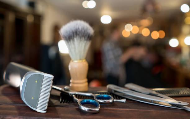 gros plan sur un ensemble d'outils de rasage à un salon de coiffure - barbier coiffeur photos et images de collection