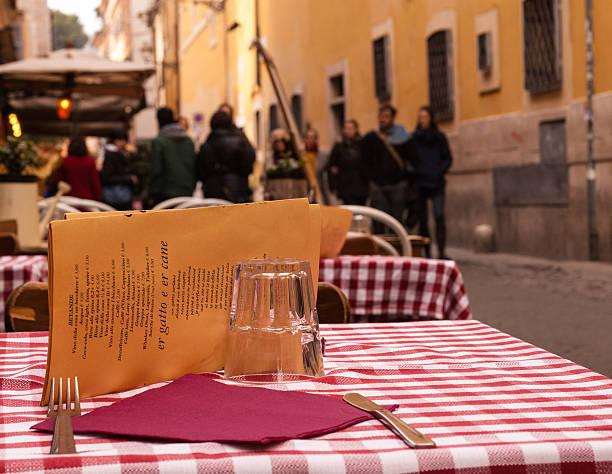 close-up auf einem tisch in einem restaurant im freien - italienische speisekarte stock-fotos und bilder