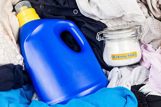 Primer plano de bicarbonato de sodio, con detergente y sucio lavandería. - foto de stock