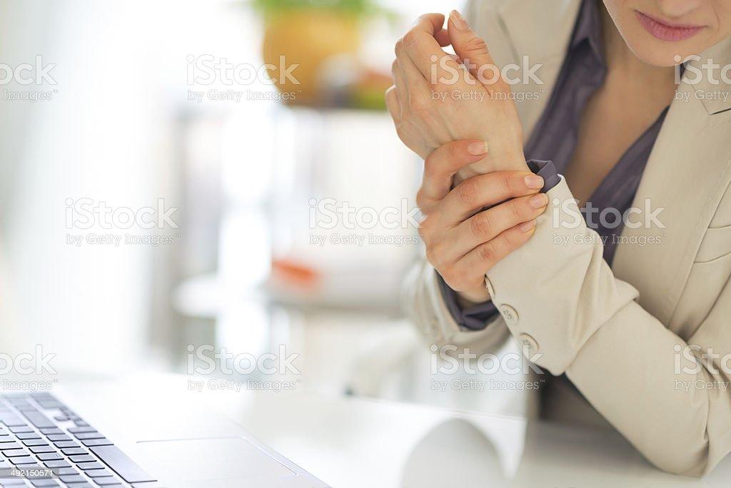Nahaufnahme der business-Frau mit Rückenschmerzen am Handgelenk – Foto