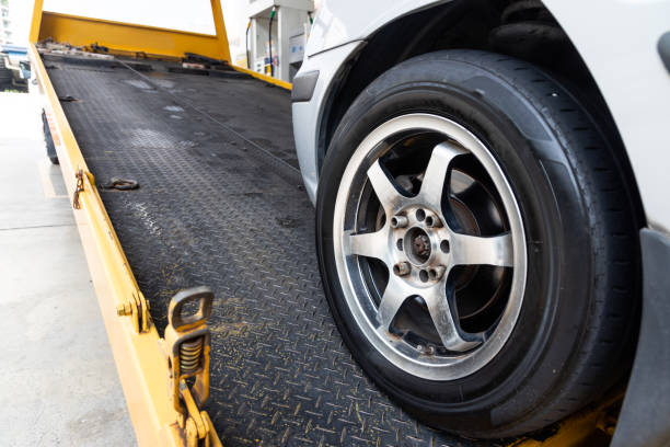 Nahaufnahme mit dem Auto, das auf Flachbettwagen mit Kabel geschleppt wird – Foto