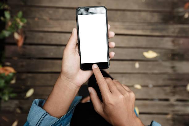 close-up auf der seite mit telefon zu fuß auf der straße-draufsicht - outdoor handy stock-fotos und bilder