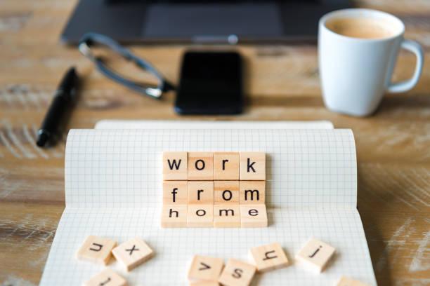 Closeup auf Notebook über Holztisch Hintergrund, Fokus auf Holzblöcke mit Buchstaben machen Work From Home Wörter – Foto