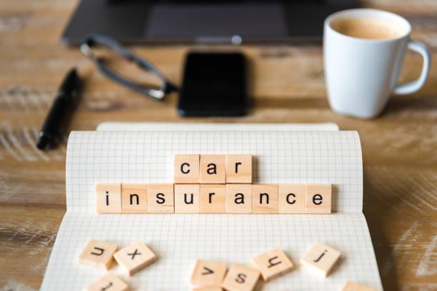 Closeup auf Notebook über Holztisch Hintergrund, Fokus auf Holzblöcke mit Buchstaben machen Autoversicherung Wörter – Foto