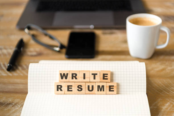 Closeup auf Notebook über Holztisch Hintergrund, Fokus auf Holzblöcke mit Briefe schreiben Lebenslauf Worte machen – Foto