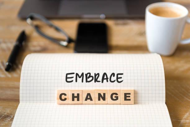 Closeup auf Notebook über Holztisch Hintergrund, Fokus auf Holzblöcke mit Buchstaben machen Embrace Change text – Foto