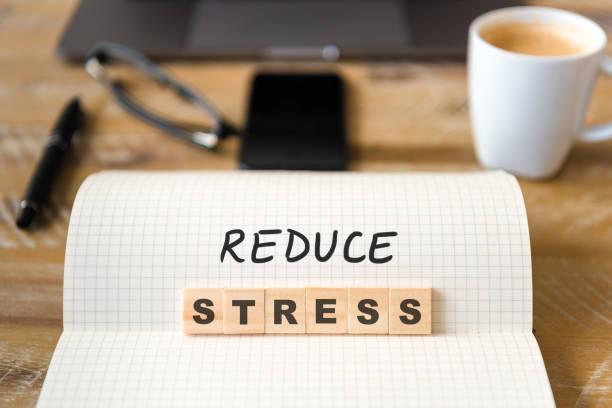 Closeup auf Notebook über Holztisch Hintergrund, Fokus auf Holzblöcke mit Buchstaben machen reduzieren Stress text – Foto