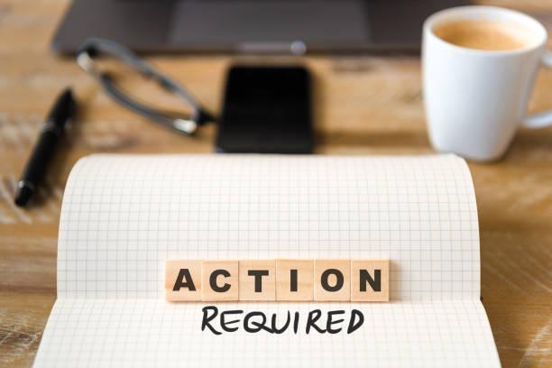 Closeup auf Notebook über Holztisch Hintergrund, Fokus auf Holzblöcke mit Buchstaben machen Handlungsbedarf text – Foto