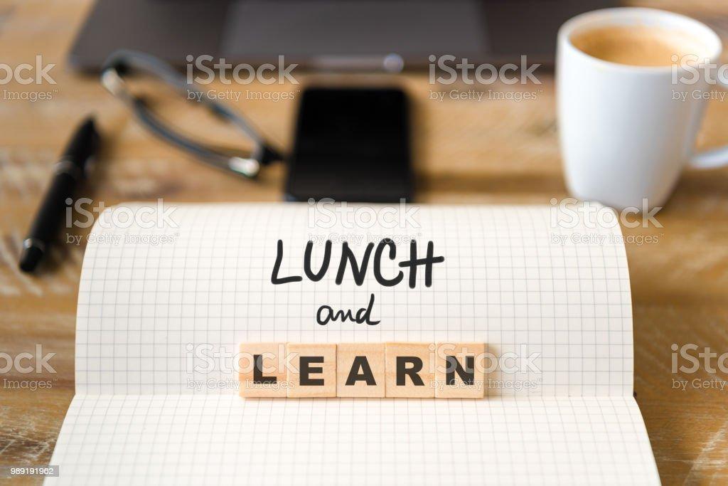 나무 테이블 배경 위에 노트북에 근접 촬영 점심과 학습 텍스트 문자로 나무 블록에 초점 - 로열티 프리 0명 스톡 사진